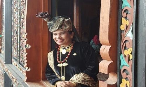 Pakaian adat dan Semangat Gotong Royong adalah Identitas Orang Minang