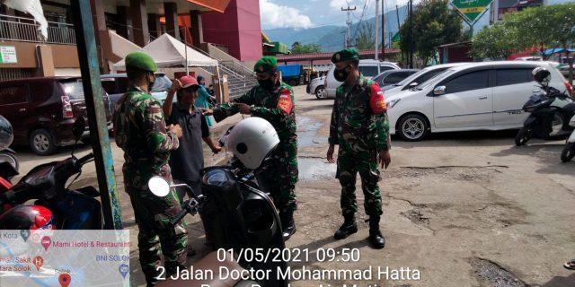Cegah Penyebaran Covid-19, Koramil 01 Kubung Tidak Bosan Untuk Patroli di Pasar Raya Solok