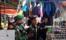 Gratis, Babinsa Singkarak Bagikan Masker Untuk Pengunjung Pasar Tradisional
